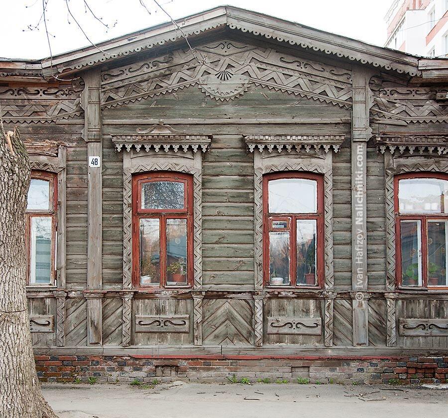 резные украшения на фасаде деревянного дома в Рязани