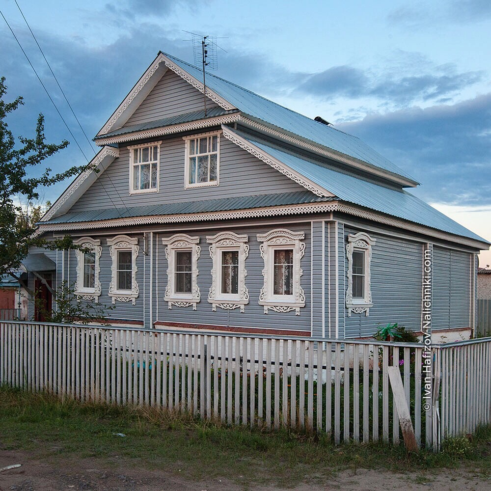 деревянный дом с сайдингом и наличниками