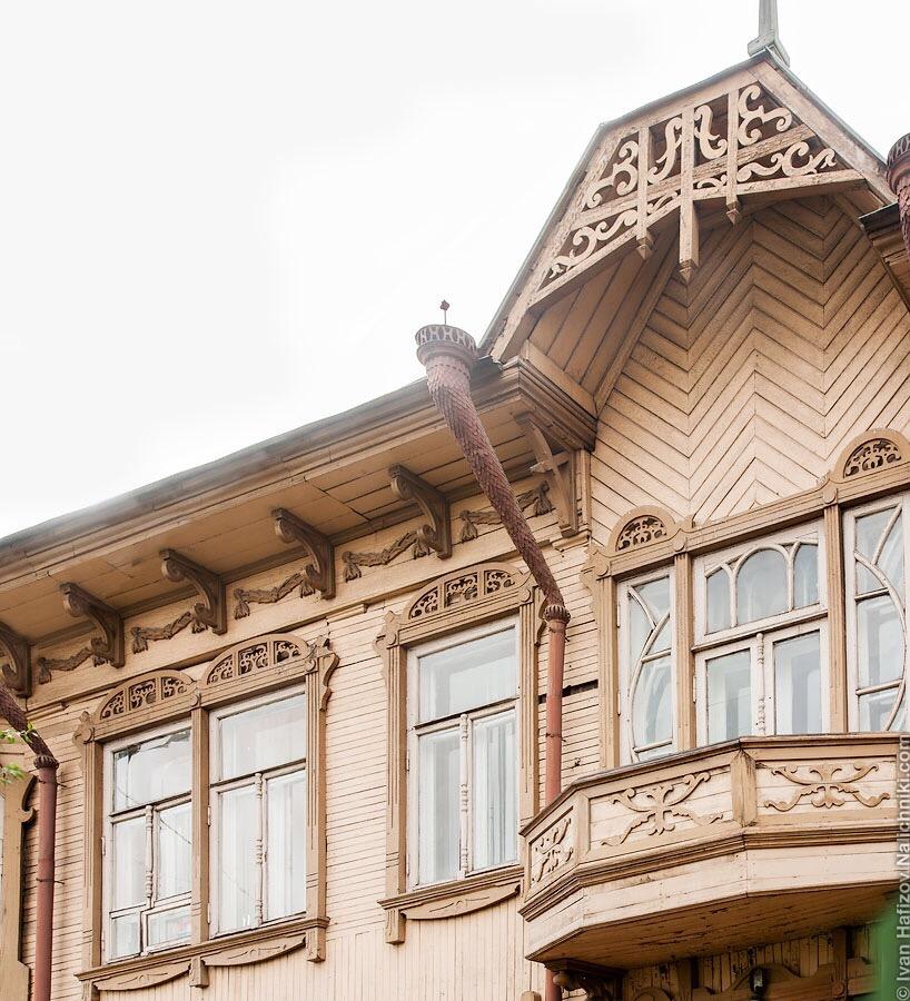 фрагмент резных деревянных украшений исторического дома в Красноярске