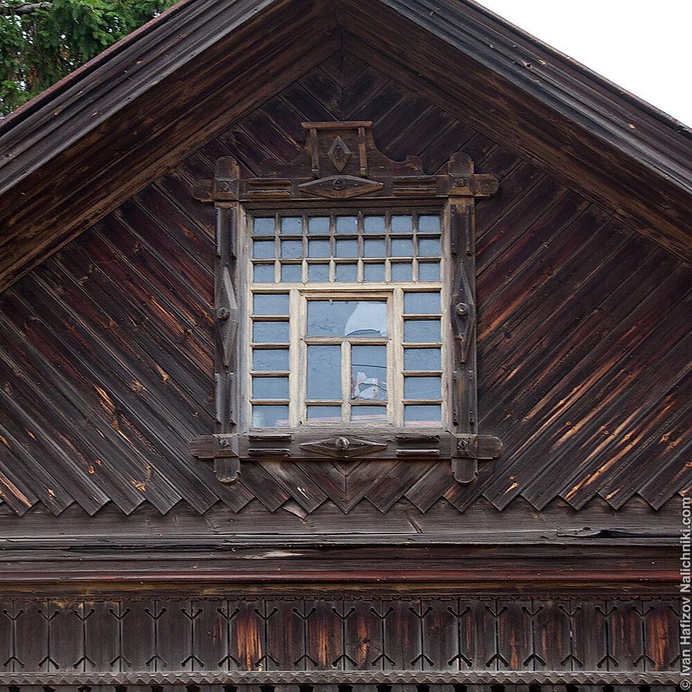 чердачное окно со сложной расстекловкой в деревянном доме