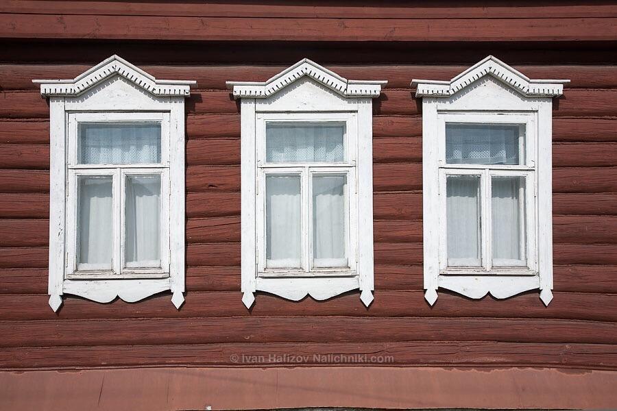 старинные простые наличники на окнах жилого дома в Солотче