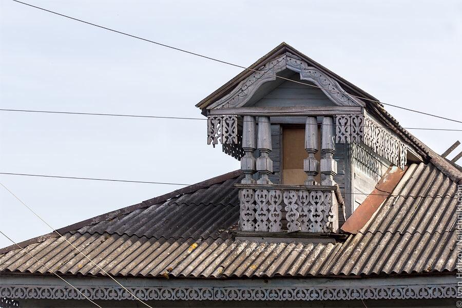 резной мезонин на деревянном доме