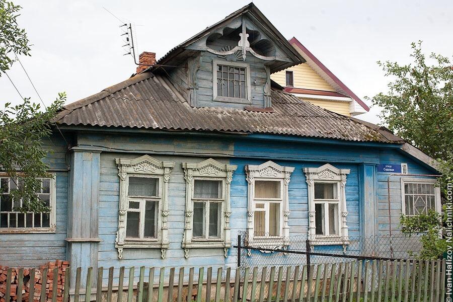деревянный дом с мезонином и наличниками