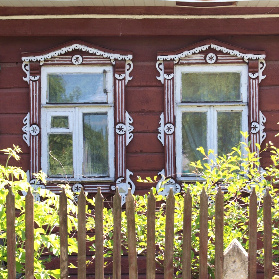 Старый деревянный дом с наличниками