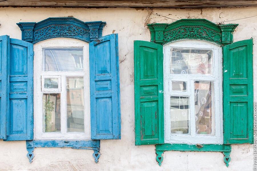 Старинные окна со ставнями на мазанке