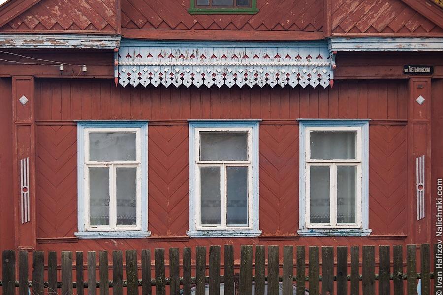 деревянный дом без наличников, с резной доской под крышей