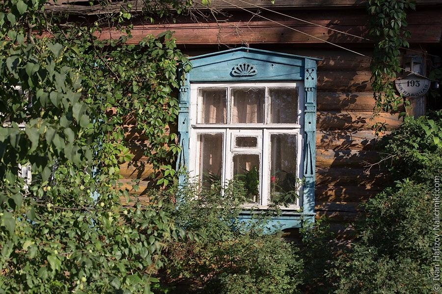 Резной наличник на заросшем доме в Богородске