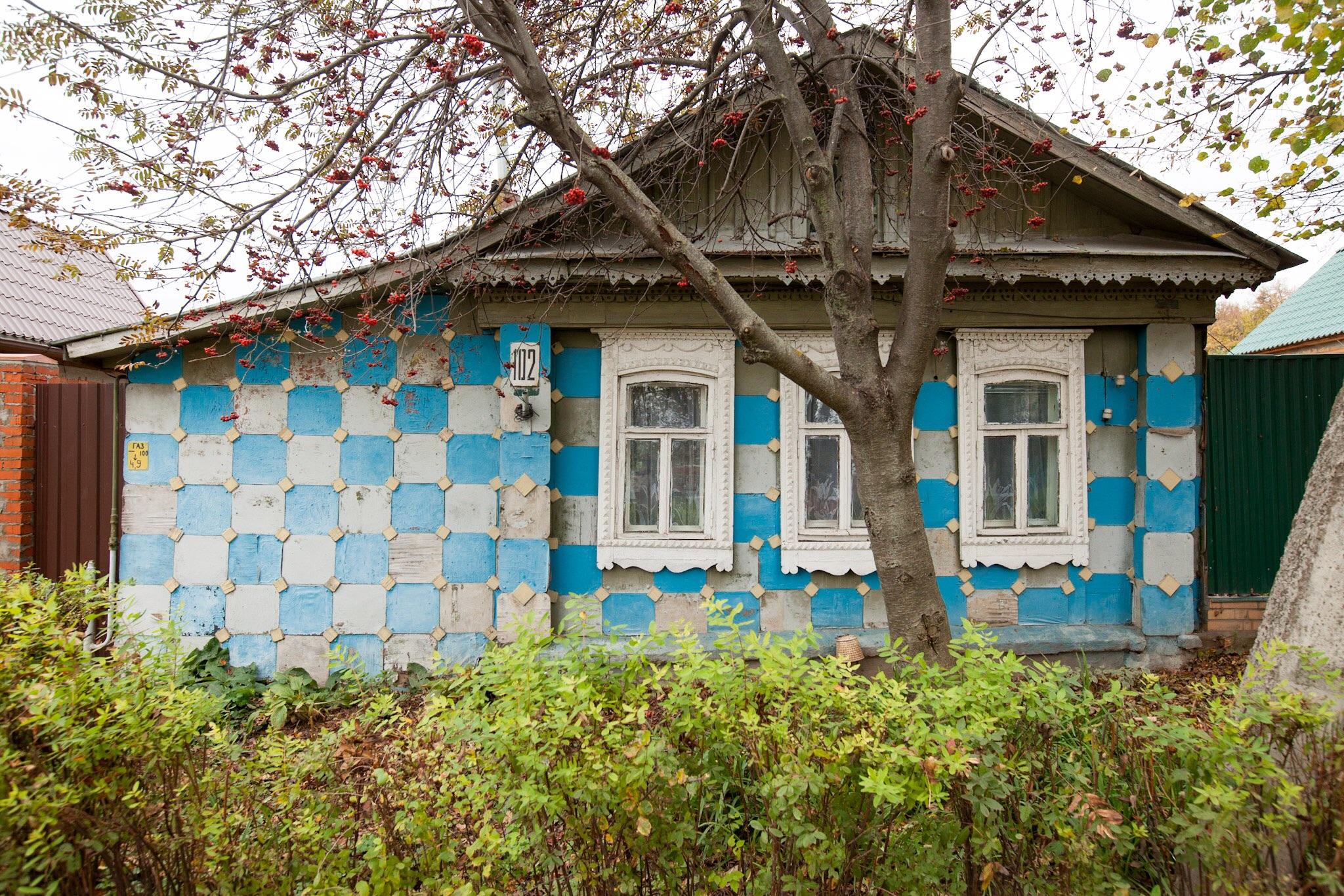 Необычный деревянный дом, покрытый сидушками от табуреток