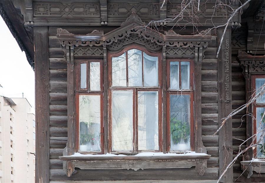 окно с резным наличником в деревянном модерне
