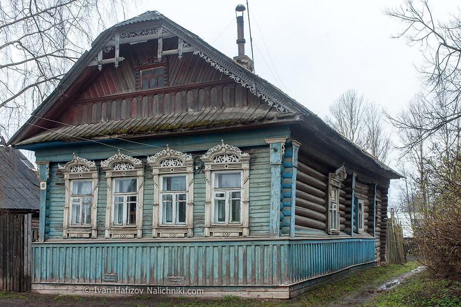 типичный деревянный дом с резными наличниками