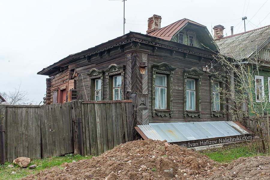Традиционный деревянный дом украшенный резьбой по дереву
