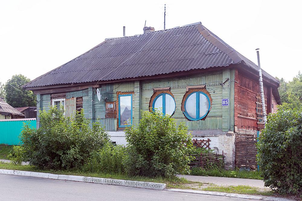 деревянный дом, растёсанные окна