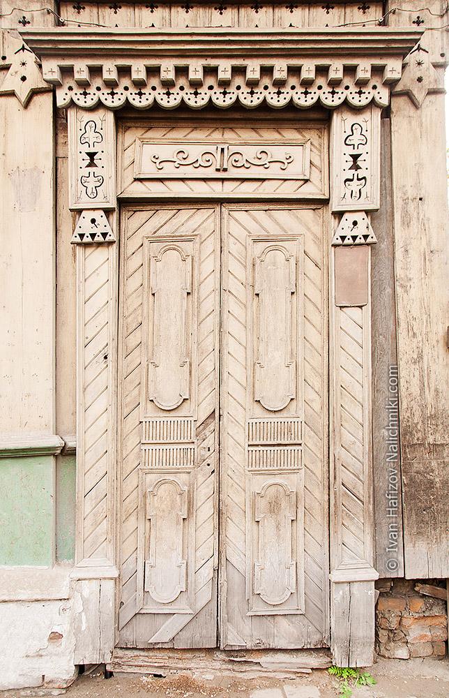 Дверь украшенная резьбой. Красноярск