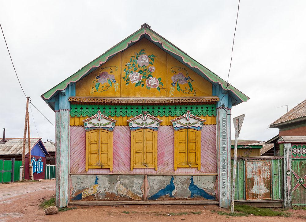 Деревянный дом с росписью