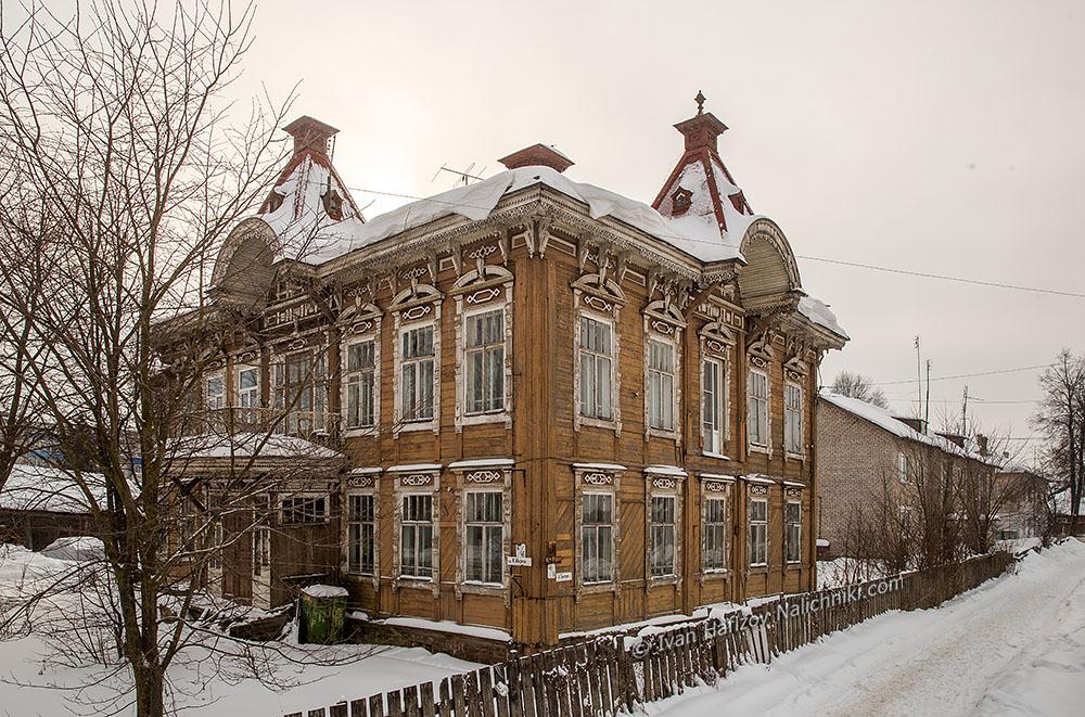 Купеческий дом с резными наличниками. Красный Холм.