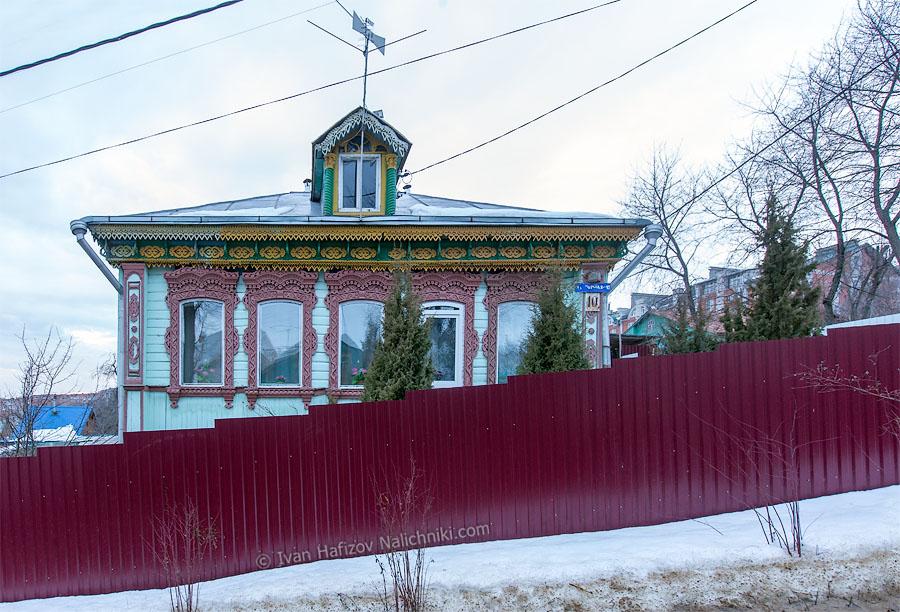 Деревянный дом с резными наличниками. Город Владимир.