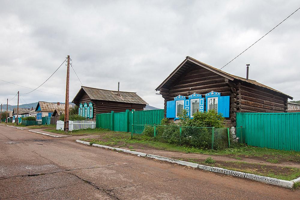 улица деревянных домов с резными наличниками и ставнями