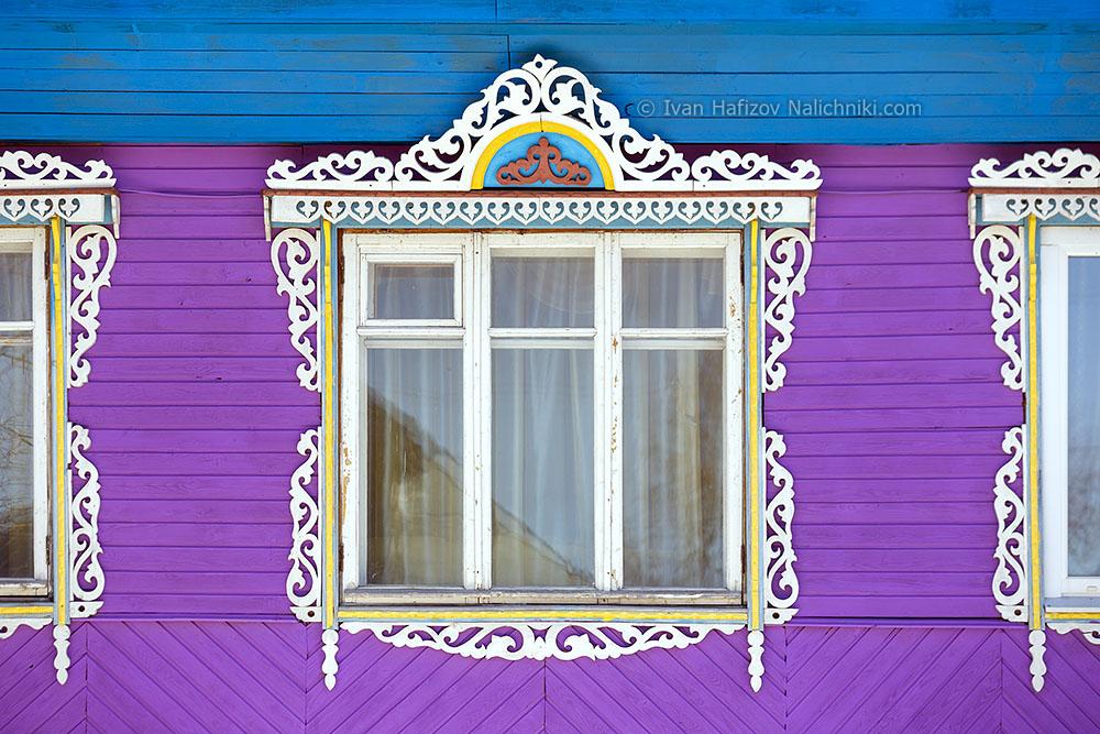 Резной наличник на широком окне