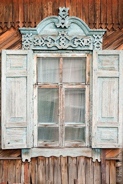 Деревянный оконный наличник со ставнями. Из Кемерова.
