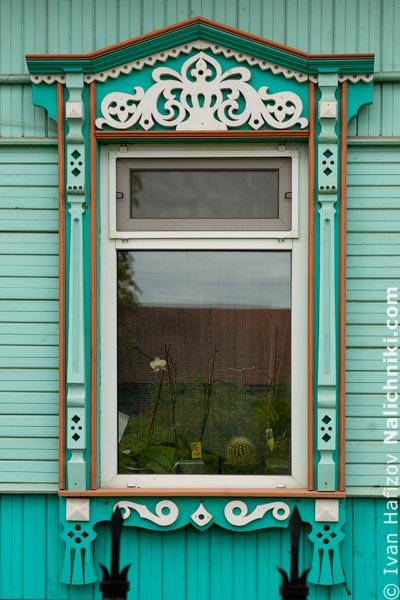 Деревянный оконный наличник со ставнями. Из Серпухова Московской области.