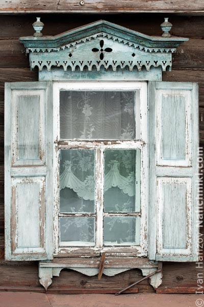 Деревянный оконный наличник со ставнями. Из Читы.