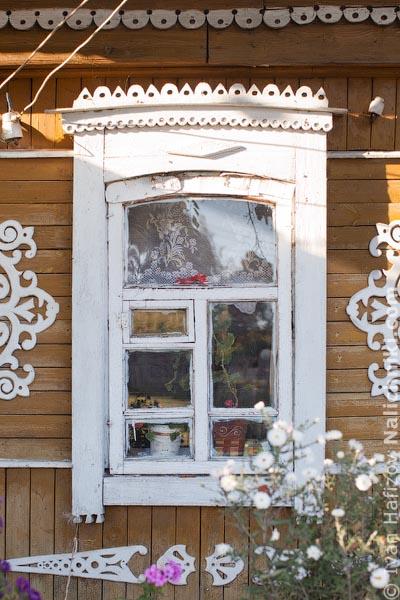 Деревянный оконный наличник без ставень. Из Юхнова Калужской области.
