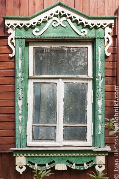 Деревянный оконный наличник без ставень. Из Тарусы Калужской области