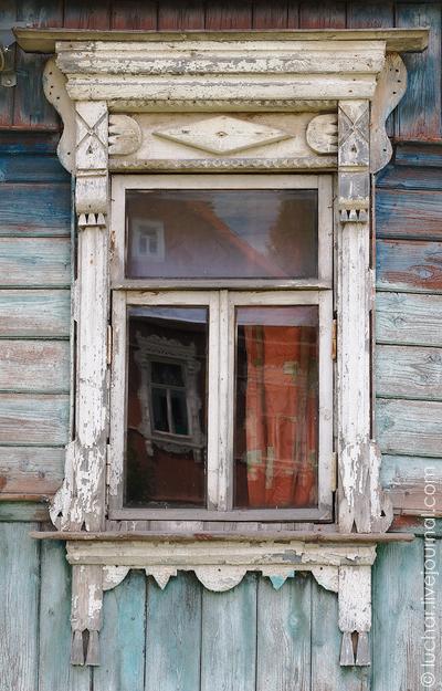 Деревянный оконный наличник из Вереи Московской области.